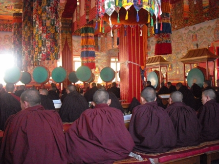 Mönche bei der Puja